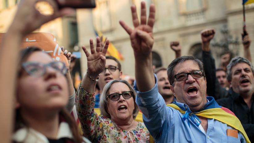 Presseschau zu Katalonien : Unterstützer der katalanischen Unabhängigkeitsbewegung während einer Demonstration in Barcelona