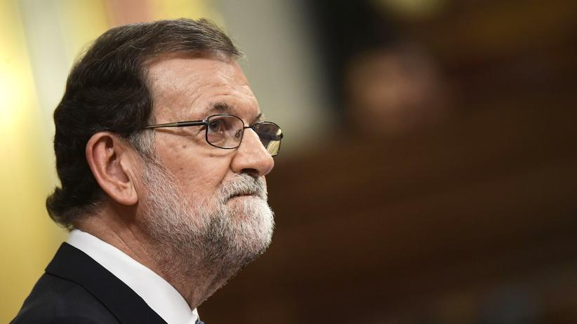Spanien: Spanish Prime Minister Mariano Rajoy looks on as he speaks at the Spanish Parliament in Madrid on October 11, 2017.
