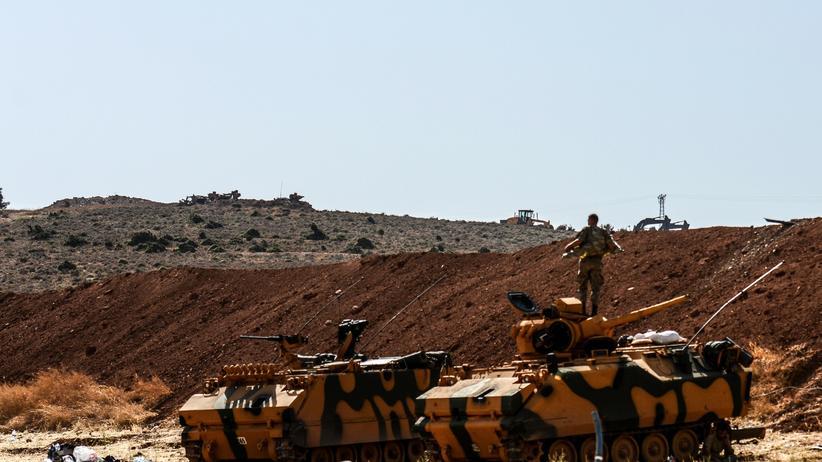 Syrien: Ein türkischer Soldat steht auf einem gepanzerten Militärfahrzeug an der syrisch-türkischen Grenze.