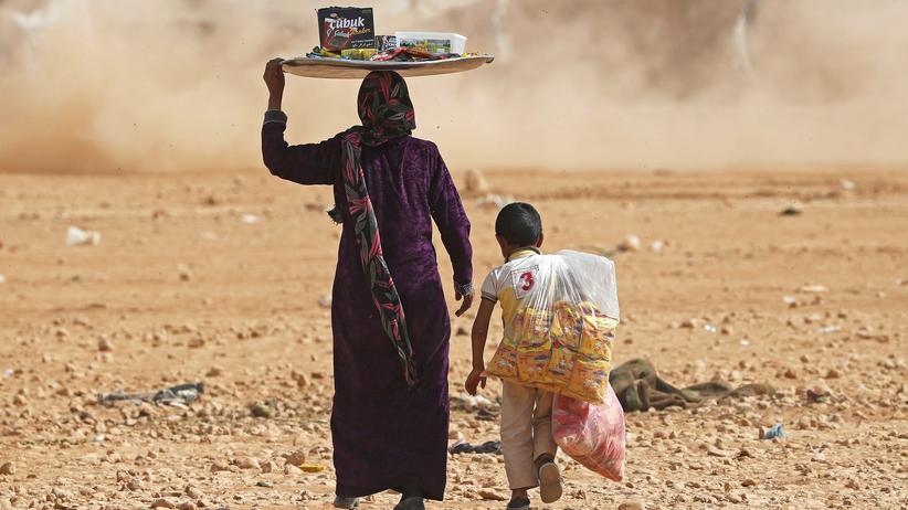 Vereinte Nationen: Eine Syrerin und ihr Sohn verkaufen im Oktober 2017 Lebensmittel im Flüchtlingslager von Ain Issa; wie Millionen andere sind die beiden vor den Kämpfen geflohen.