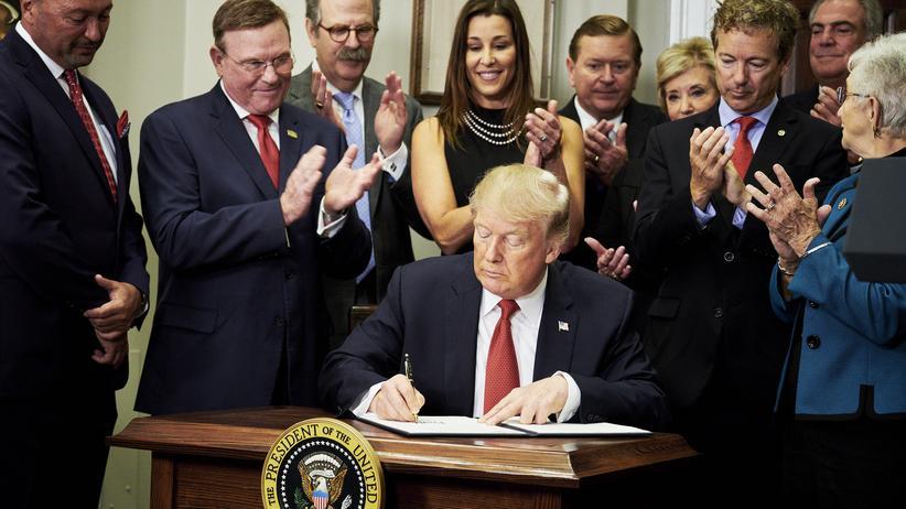 Gesundheitssystem: US-Präsident Donald Trump unterschreibt im Weißen Haus eine Exekutivverordnung.