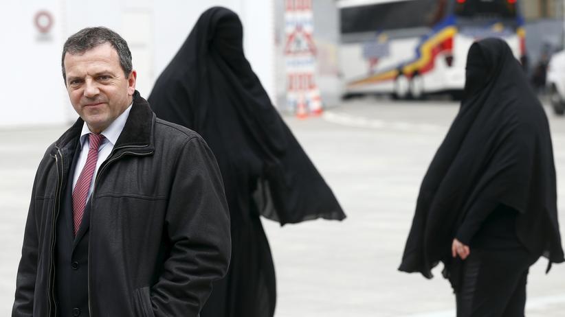 Volksabstimmung: Der Initiator der Volksabstimmung über ein Burkaverbot in der Schweiz, Walter Wobmann. Im Hintergrund haben sich Mitglieder seiner Gruppierung eine Burka angezogen.