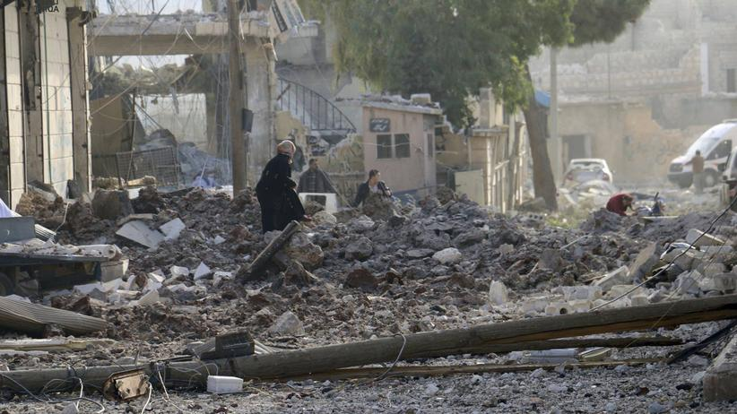Syrien: Im syrischen Atareb durchsuchen Menschen die Trümmer nach Luftangriffen auf einen Markt.