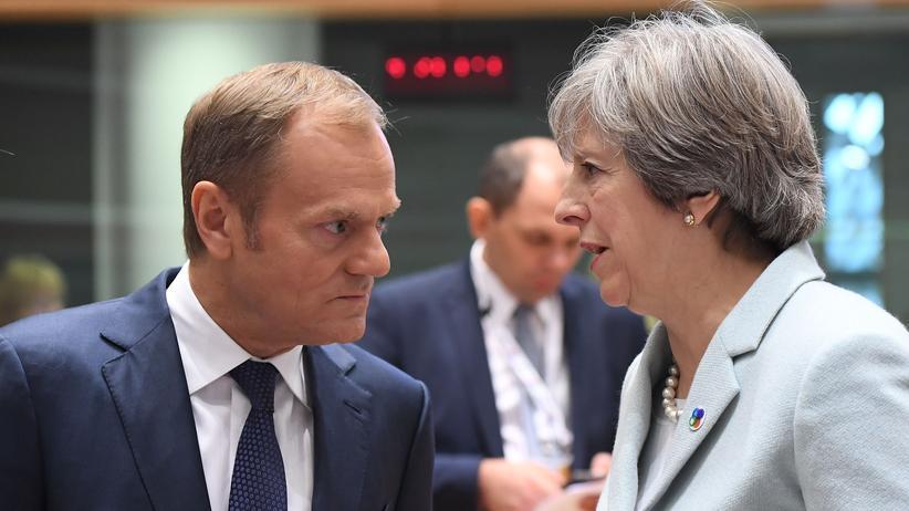 Brexit: Die britische Premierministerin Theresa May spricht mit dem europäischen Ratspräsidenten Donald Tusk bei einer Konferenz in Brüssel.