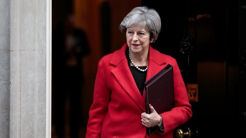 Großbritannien: Die britische Premierministerin Theresa May vor dem Regierungssitz Downing Street 10, London