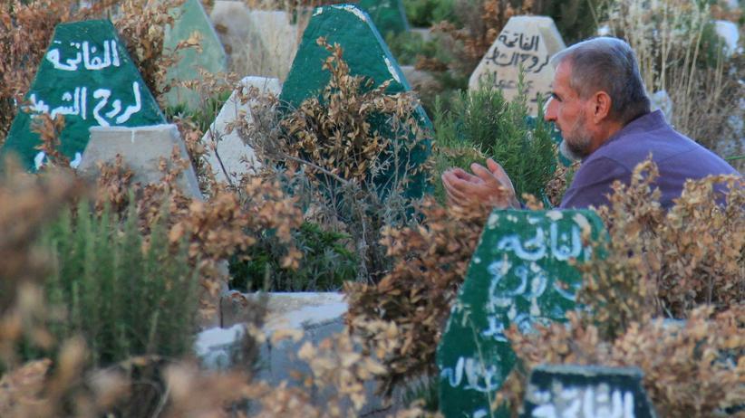 Giftgas in Syrien: Trauer um die Opfer der Regimeangriffe: betender Mann auf dem Friedhof von Chan Schaichun in der syrischen Provinz Idlib