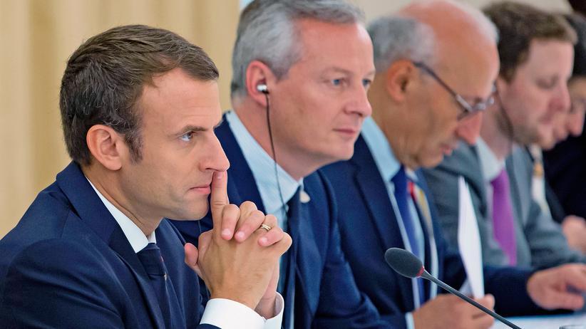 Frankreich: Emmanuel Macron zusammen mit seinem Außenminister Jean-Yves Le Drian und dem Wirtschaftsminister Bruno Le Maire