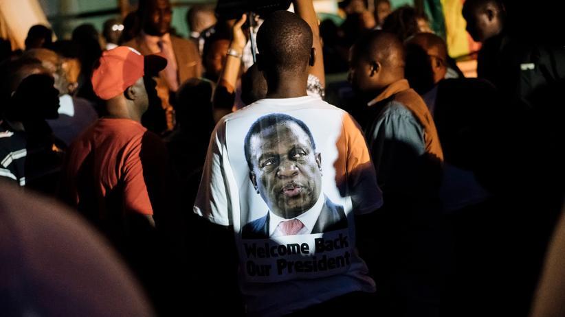 Ein Unterstützer Emmerson Mnangagwas trägt auf einer Parteiveranstaltung ein T-Shirt mit dem Konterfei des neuen Präsidenten Simbabwes.