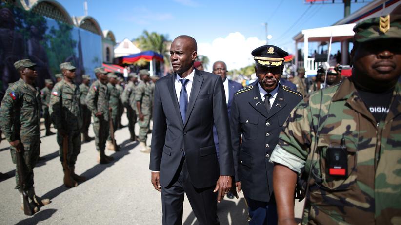 Jovenel Moïse: Haitis Präsident Jovenel Moïse (Mitte links) und Armeechef Jodel Lesage während einer Militärparade in Cap-Haïtien am 18. November