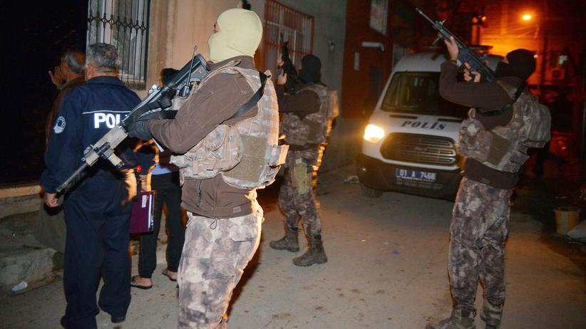 """""""Islamischer Staat"""": Türkische Polizisten bei einer Razzia in Adana, Türkei"""