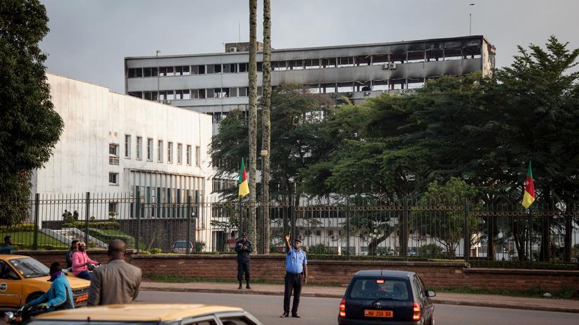 Kamerun: Kamerunisches Parlament brennt ab