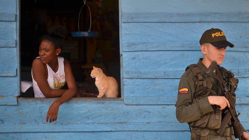 Kolumbien:  Ein Polizist steht Wache in den Straßen von Pie de Pato, einem Ort im kolumbianischen Departement Chocó.