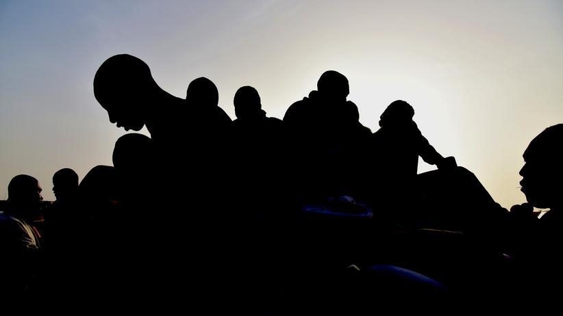 Flüchtlinge in Libyen: Migranten aus Westafrika kommen nach erfolgloser Flucht nach Libyen wieder auf einem Pick-up-Truck im Transitland Niger an.