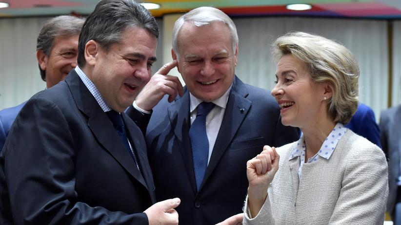 Pesco: Noch einmal gemeinsam in Brüssel: Bundesaußenminister Gabriel (l.) und Verteidigungsministerin von der Leyen im Gespräch mit dem französischen Außenminister Jean-Marc Ayrault (M.)