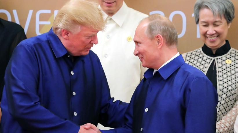 Donald Trump und Wladimir Putin schütteln Hände beim Apec-Gipfel in Vietnam