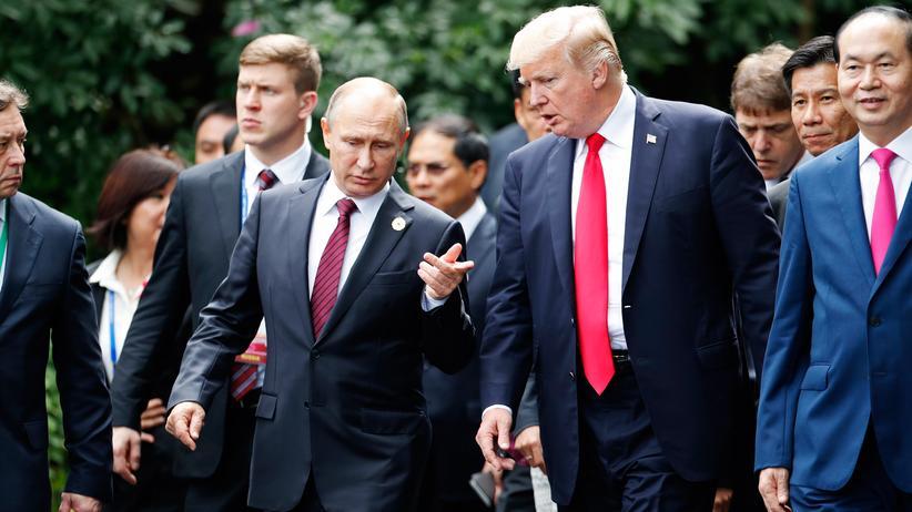 US-Präsident Donald Trump und der russische Präsident Wladimir Putin unterhalten sich beim Gipfel der Asiatisch-Pazifischen Wirtschaftsgemeinschaft in Vietnam.