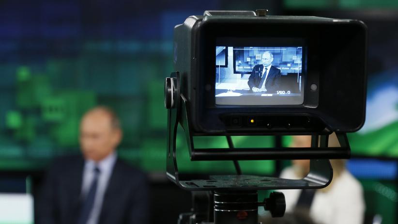 Russland: Der russische Präsident Wladimir Putin während eines Besuchs im Fernsehstudio des russischen Senders Russia Today in Moskau