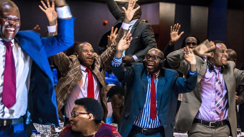 Simbabwe: Parlamentarier jubeln nach der Verkündung des Rücktritta von Präsident Robert Mugabe in Harare.
