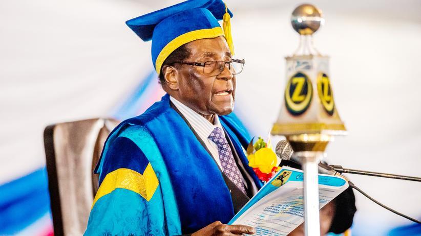 Simbabwe: Der erste Auftritt seit dem Militärputsch: Simbabwes Präsident Robert Mugabe bei der Abschlussfeier einer Universität in der Hauptstadt Harare