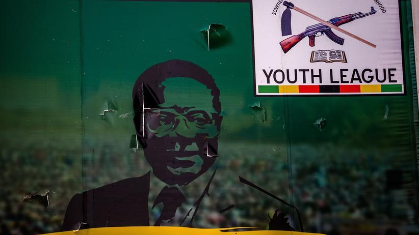 Simbabwes Politik: Beschädigtes Plakat von Simbabwes Ex-Präsident Robert Mugabe in der Hauptstadt Harare