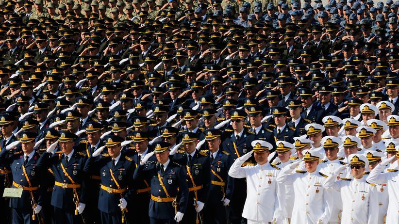 Fethullah Gülen: Haftbefehle gegen Hunderte Soldaten in der Türkei