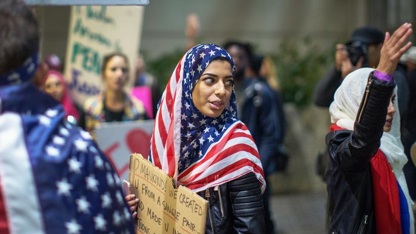 Einreiseverbot: Demonstranten protestieren gegen das Einreiseverbot von US-Präsident Donald Trump an einem Terminal des Flughafens in Los Angeles.