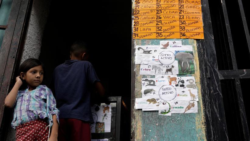 Venezuela: Die Menschen in Venezuela suchen nach vielen Möglichkeiten, um Geld zu verdienen – so wie dieses Mädchen mit einem Glücksspiel