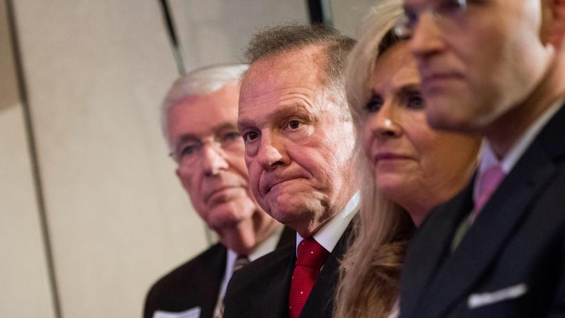 Vorwürfe der sexuellen Belästigung: Trump spielt Vorwürfe gegen Roy Moore herunter
