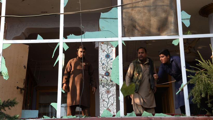 Asylpolitik: Menschen in den Trümmern eines Hauses, zerstört von einem Selbstmordattentäter, in Jalalabad im November.