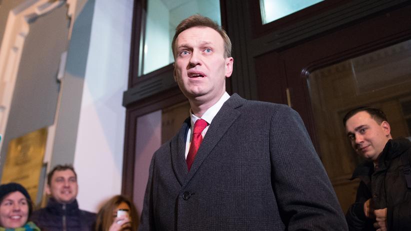 Russland: Der russische Oppositionsführer Alexej Nawalny vor der zentralen Wahlkommission in Moskau