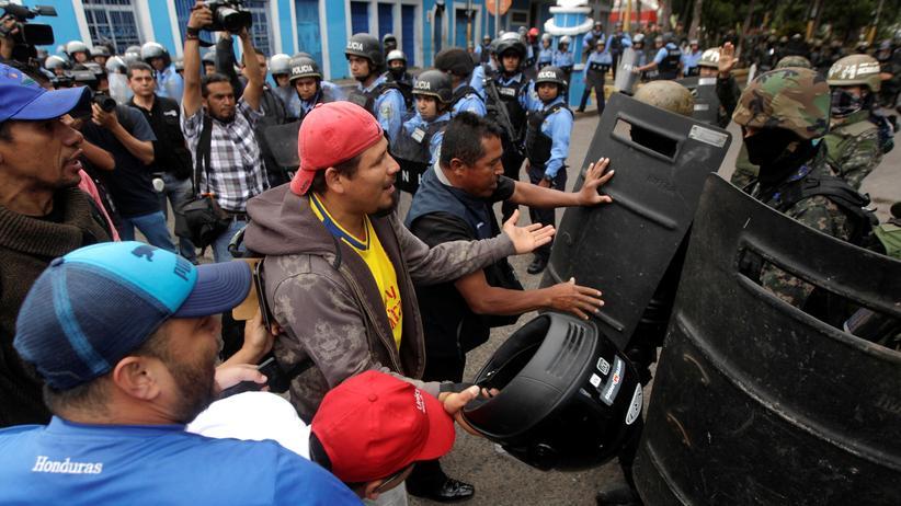 Honduras: Demonstranten treffen in Tegucigalpa auf Polizisten.