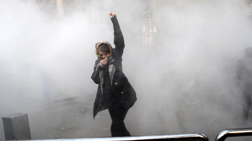 Proteste: Eine Iranerin demonstriert gegen die Regierung.