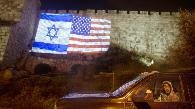 Donald Trump: Enge Verbündete: Eine von den Stadtbehörden initiierte Projektion der israelischen und der US-Flagge an der Mauer zur Jerusalemer Altstadt