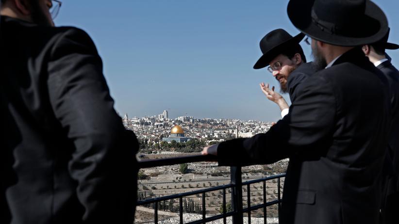 Jerusalem: Eine Gruppe orthodoxer Juden blickt vom Ölberg auf Jerusalem und das berühmteste Wahrzeichen der Stadt, den Felsendom mit seiner goldenen Kuppel.