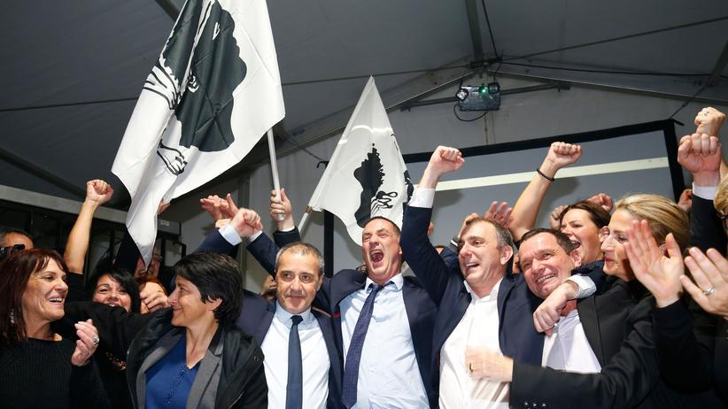 Korsika: Kandidaten der Partei Pè a Corsica feiern ihren Wahlsieg.