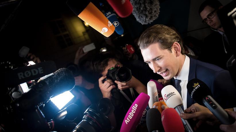 Österreich: Österreichs künftiger Kanzler Sebastian Kurz, umringt von Kameras und Pressevertretern