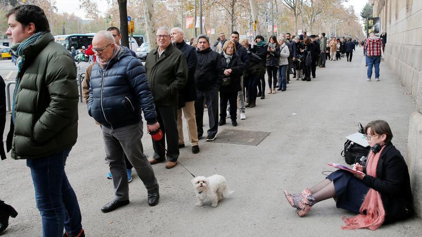 Parlamentswahl: Warteschlangen an Wahllokalen in Katalonien