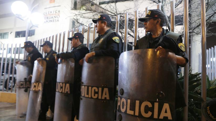 Peru: Polizisten vor dem Krankenhaus in Lima, in das Fujimori eingeliefert wurde
