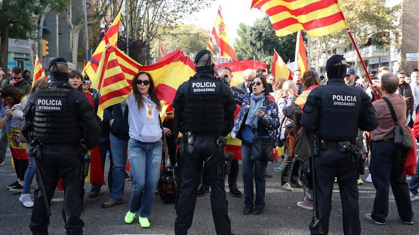 Spanien: Regierung zieht Polizisten aus Katalonien ab