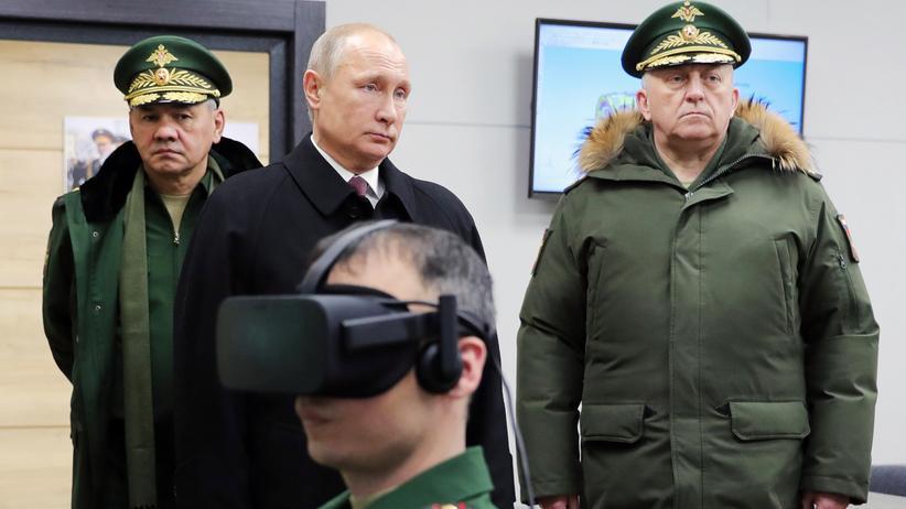 Wladimir Putin zusammen mit Russlands Verteidigungsminister Sergei Shoigu
