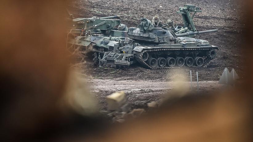 Türkei und Kurden: Türkische Panzer nahe der syrischen Grenze, wo seit Tagen eine Militäroffensive gegen kurdische Milizen läuft