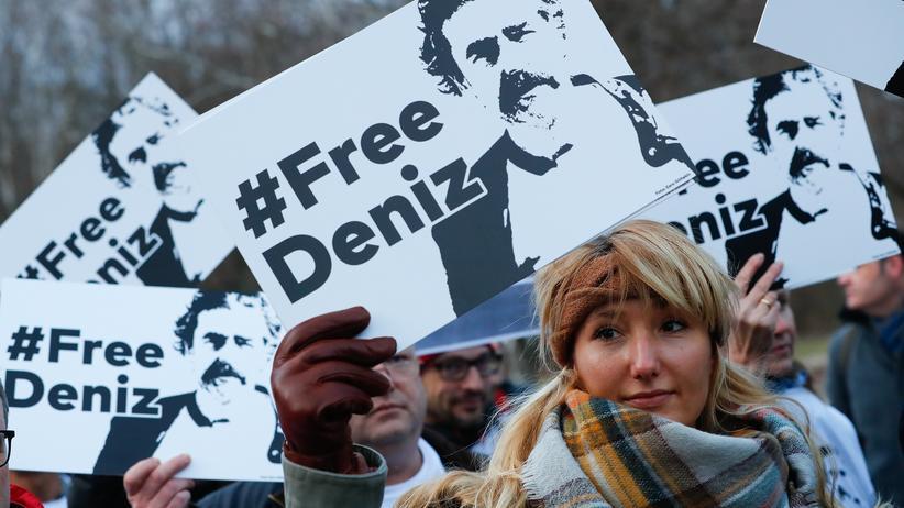 Deniz Yücel: Demonstranten fordern die Freiheit Yücels.