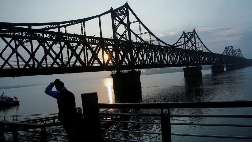 Sanktionen gegen Nordkorea: Zentrale Handelsroute zwischen China und Nordkorea: die Freundschaftsbrücke über den Grenzfluss Yalu im chinesischen Dandong
