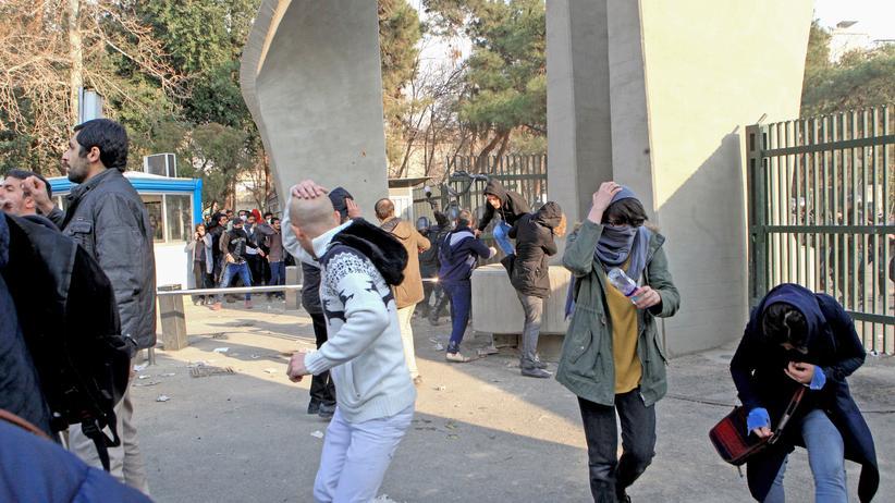 Iran: Iranische Studenten in Teheran flüchten vor einem Tränengasangriff