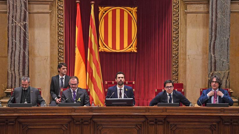 Katalonien: Der neue Parlamentspräsident Roger Torrent bei der konstituierenden Sitzung in Barcelona, Katalonien