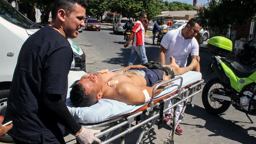 Südamerika: Rettungskräfte versorgen einen verwundeten Polizisten in Barranquilla.