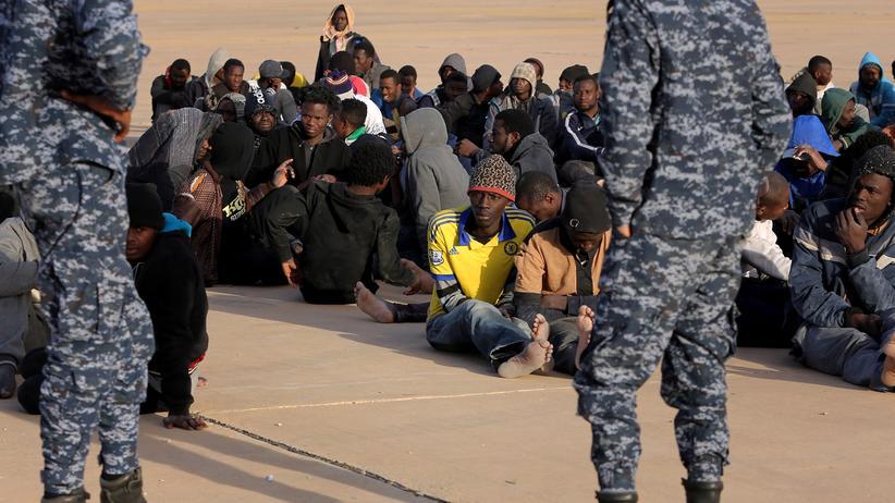 Flüchtlingspolitik: Flüchtlinge in Libyen warten auf ihre Abreise in eins der sogenannten Auffanglager.