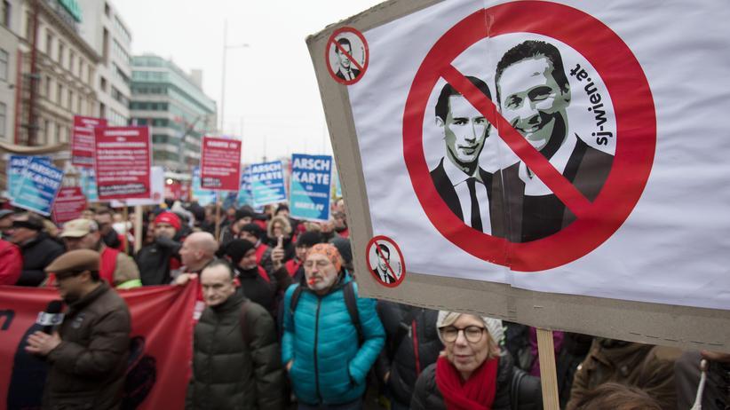 Österreich: Die Demonstranten werfen der Koalition aus ÖVP und FPÖ rassistische, rechtsextreme und neofaschistische Tendenzen vor.