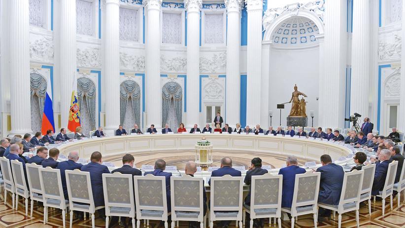 Fake-News: Russlands Präsident Putin während eines Treffens mit Parlamentsabgeordneten im Kreml