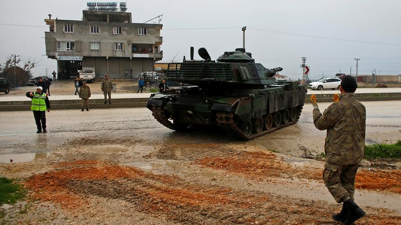 Syrien: Türkische Panzer sammeln sich an der Militärbasis von Reyhanlı nahe der türkisch-syrischen Grenze.